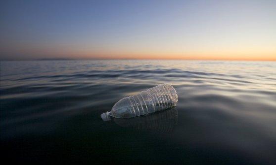 bottiglia plastica in mare