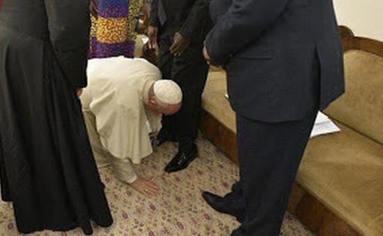 _papa_bacia_piedi_sudan -
